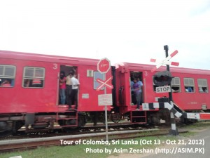 SriLanka tour - Men and Women travelling by Train